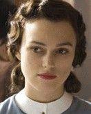 Frauen liebten nach dem 2. Weltkrieg halblange natürlich schwingende Frisuren, die Dauerwelle, welche neuerdings auch kalt gemacht werden konnte, spielte weiterhin eine wichtige Rolle.
