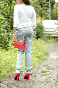 #redheels   A simple white top and blue denim can make you look like a million bucks if you style it well.   Have you seen the new post up on the blog - http://spotlightxoxo.com/days-simple/