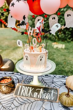 Hello Baby Brown: A Halloween Birthday Party (in August!) // Happy Birthday Phayre and Briar! Halloween Smash Cake, Halloween Cakes, Halloween Party Decor, Baby Halloween, Spooky Halloween, Halloween Treats, Adult Halloween Birthday Party, Halloween Inspo, Couple Halloween