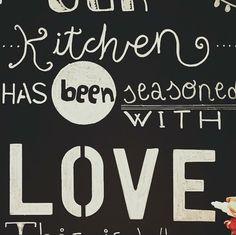 """Terminando uno de los encargos más especiales que me han hecho. Y esta pizarra 100% handmade y 100% LOVE, lucirá en casa de alguien que quiero tela del telón :)  ¿Cómo va vuestra tarde de """"domingo""""? Jijijijiji   ¿Quieres una #bodaLOVE? +info: hola@lovebodasyeventos.com  Ali LOVE #love #amor #chalk #chalkpaint #chalkboard #tiza #blog #blogger #kitty #kitchen #deco #design #diseño #destinationwedding #boda #wedding #weddingplanner #weddingplannerCádiz #Cádiz #happy #feliz #beach #playa #sun"""