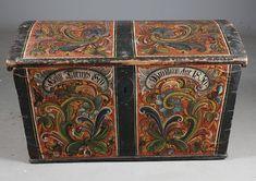 Liten rosemalt kiste, malt av Thomas Luraas (1799-1886). Eiernavn: Hølge Tormossen Brendmo Aar 1850. L: 97 cm. Mangler lås og leddik, et par små rep. i ryggen.