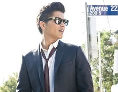 Bruno Mars, could this man be any better looking?? The answer is NO, he's gorgeous! :)