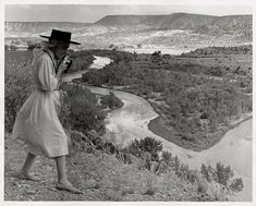 photographing the Chama Valley, New Mexico, 1961 Georgia O'Keeffe photo Todd Webb, How to do everything - The Painters Keys Georgia O'keeffe, Santa Fe, New Mexico, Wisconsin, O Keeffe Paintings, Female Painters, Alfred Stieglitz, Land Of Enchantment, Before Us