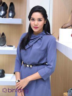 Pebalap Alexandra Asmasoebrata menjadi salah satu selebriti yang menggilai sepatu. Sebanyak 50 pasangan sepatu berbagai jenis dikoleksinya. Bahkan ia menganggap sepatu obat penambah percaya diri (pede). Tak heran jika Andra, begitu dia disapa, rela merogoh kocek dalam demi mendapatkan sepasang sepatu incarannya. #AlexandraAsmasoebrata #Pebalap #ShoesCollector #Bintang #Indonesia