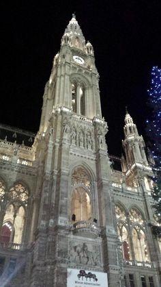 În Viena, există mai multe piețe de Crăciun, cum ar fi cele de la Palatul Schonbrunn, din Maria Theresien Platz, sau din Stephansplatz, dar cea mai populară și, prin urmare, cea mai vizitată este c…