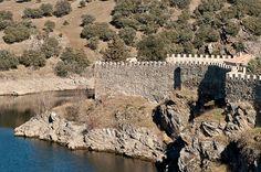 Hace unos días estuvimos de visita por Buitrago de Lozoya, el único pueblo de la Comunidad de Madrid que aún conserva su histórico recinto amurallado, desde la carretera (A1) se ve una estampa muy bonita del pueblo, sobre todo de noche con sus murallas iluminadas y el curso medio del río lozoya envolviendo el casco