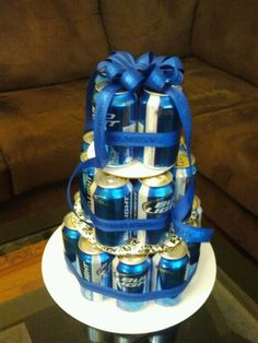 beer cake - great gift for a guy, coed shower Simple Gifts, Cool Gifts, Fathers Day Gifts, Gifts For Dad, Craft Gifts, Diy Gifts, Homemade Gifts, Gift Baskets, Soda Cake