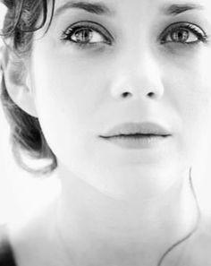 """Jolie, mais pas que...Photogénie indéniable, sans """"fard"""", la star éblouie quand même... Marion Cotillard, Photo Portrait, Portrait Photography, Artsy Photos, French Beauty, French Actress, Black And White Portraits, Celebrities Then And Now, Beautiful Actresses"""