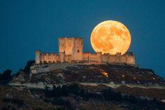 Luna llena tras el Castillo de Peñafiel / Full moon at the back of Penafiel Castle. #fullmoon #lunallena #peñafiel
