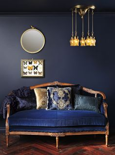 Midnight blue toned vintage sofa onto inked wall……the pops of gold and wood give light…. My Living Room, Living Room Decor, Living Spaces, Living Colors, Decor Inspiration, Vintage Sofa, Blue Rooms, Royal Blue Bedrooms, Dark Interiors