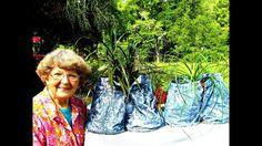 Denim Blue Jeans Flower Pots With Portland Cement. Cement Flower Pots, Cement Garden, Ceramic Flower Pots, Cement Planters, Flower Planters, Diy Planters, Diy Yard Decor, Unique Garden Decor, Unique Gardens