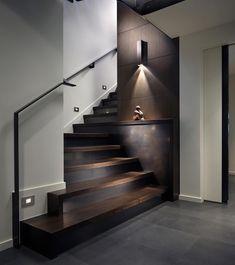 Stupenda scala moderna in legno e acciaio, ideale per chi ha la scala in una posizione discreta e vorrebbe valorizzarla.