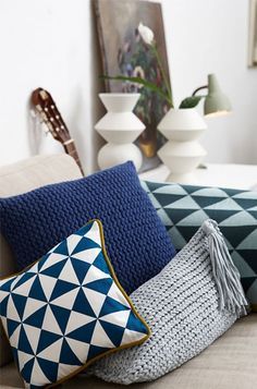 Knit without needles: Beautiful pillows - Here World Diy Pillows, Throw Pillows, Stool Covers, Wool Thread, Knit Pillow, Quick Knits, Crochet Cushions, Geometric Pillow, Diy Interior