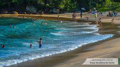 O cantinho direito da praia tem menos ondas e é o local recomendado para banhistas menos experientes e crianças. Se avançar um pouco mais, além de colocar-se em risco, certamente ouvirá o apito do guarda vidas.