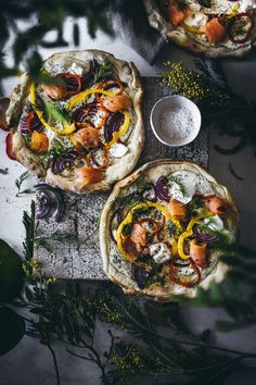 Without cheese and tomatoes? Recipe for a delicious variant with Lighter pizza? Without cheese and tomatoes? Recipe for a delicious variant with Healthy Sandwiches, Sandwiches For Lunch, Good Food, Yummy Food, Fresh Herbs, Bruschetta, Spice Things Up, Salmon, Food Photography