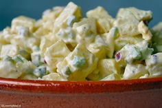 Vooral in de zomer is aardappelsalade onmisbaar bij ons thuis. We eten het vooral bij de barbecue, maar ook vaak in plaats van aardappels bij de avondmaalti Vegetarian Recipes, Healthy Recipes, What To Cook, Pasta Salad, Potato Salad, Side Dishes, Brunch, Food And Drink, Veggies