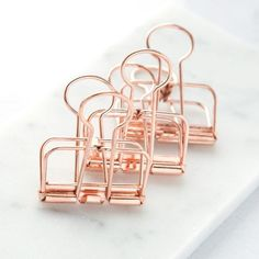 Stay organized (and stylish) with this set of three gold binder clips. These sturdy clips make the perfect addition to any office! - Set of three gold binder clips Office Desk Supplies, Cool School Supplies, Gold Office, Office Set, Copper Office, Rose Gold Aesthetic, Gold Everything, Cute Stationary, Copper Rose