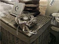 Donnez à votre chambre une ambiance naturel et romantique avec ce photophore Jolipa avec couronne en osier blanchi à poser sur la table ou un coin de meuble.