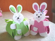 Saibam como fazer um coelho da páscoa em EVA, que pode ser usado para decorar toda casa na páscoa, ou mesmo feito em forma de porta ovos de páscoa.