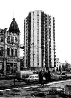 Во второй части крупнейшие общественные здания Грозного и его самая интересная жилая застройка. Дворец пионеров. Находился рядом с площадью Ленина, полуразрушен…