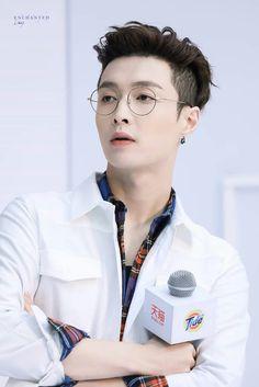 Yixing with glasses fucks me up so bad Baekhyun Chanyeol, Yixing Exo, Park Chanyeol, Lay Exo, Exo Ot12, Chanbaek, Kris Wu, Tao, Taemin