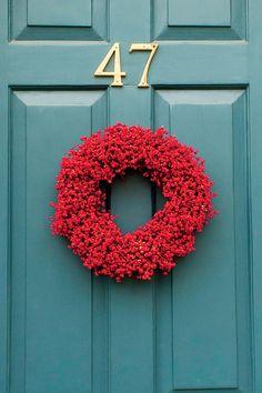 54 Festive Christmas Wreaths: Use Bold Color