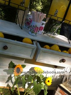 Puesto de limonada con girasoles y limones Lemonade corner with sunflowers and lemons