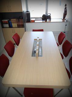 Mesa de reuniones con conexión eléctrica e Internet para varios computadores. Enchapado lamitech con cubierta engrosada