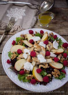 Ensalada facil para llevarse en el tupper con pollo especiado, frambuesas, manzanas, queso y frutos secos.