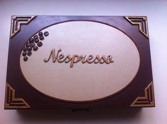 Caixa em mdf, pintada para guardar as cápsulas de café Nespresso, podendo  capacidade para 24 capsulas.