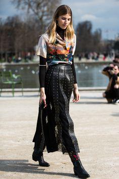 Chemise hawaïenne et jupe en cuir à la Fashion Week automne-hiver 2016-2017 de Paris Photo par Sandra Semburg