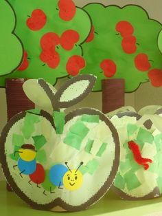 appel/appelboom: De boom is gemaakt van een beschilderde keukenrol met bovenin twee inkepingen voor een stevig vel karton geknipt in de vorm van een boom. De appel (kleurplaat) is geprint op stevig gekleurd papier en daarna uitgeprikt. De rups is peplakt van rondjes gekleurd papier, waar met stift pootjes en een gezichtje op zijn getekend. Prik een gat in de appel en plak de rups zo dat het net lijkt alsof hij uit het gat komt.