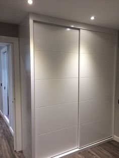 Fotografía de Armario empotrado de madera lacada blanca por Construcciones e Interiorismo Wooden Wardrobe, Wardrobe Design Bedroom, Bedroom Wardrobe, Wardrobe Closet, Bedroom Decor, Sliding Door Wardrobe Designs, Closet Designs, Bedroom Cupboard Designs, Bedroom Cupboards