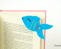 Felt fish bookmark This sweet little fish is made with felt, hand-sewn with embroidery threads and adorned with one iridescent flower. Very easy to use, just add it at the corner of the pages. Cute Bookmarks, Corner Bookmarks, Felt Crafts Diy, Crafts For Kids, Felt Fish, Felt Bookmark, Felt Gifts, Felt Christmas Decorations, Book Markers