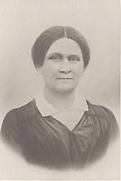 Fredrika Runeberg 1846,yksityiskohta J.Desarnod'n dagerrotyypistä,SLS. - Fredrika Runeberg oli kirjailija ja Suomen ensimm.naispuolinen sanomalehden toimittaja.Porvoossa hän perusti naisyhdistyksen ja varattomien tyttöjen koulun.Fredrika kirjoitti pöytälaatikk.kannanottoja naisasiasta,taiteesta ja kielikysymyksestä.Lähimp.ystäviensä seurassa hän puolusti aktiivis.naimattom.naisten oikeutta täysivaltaisuuteen ja naisten oikeutta koulutukseen ja työhön.