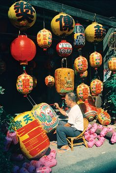 彰化縣鹿港鎮 文化美景 Lantern maker, Lukang, Changhua County, Taiwan -- a wonderful old, historic town with beautiful temples, streets 300 years old, great seafood and warmhearted people!  I've been there many, many times!