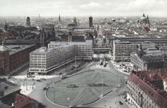 Berlin-Mitte, Alexanderplatz. – View of the office blocks (1929–32; P. Behrens) and the Königstraße. Right Kaufhaus Tietz, l. police HQ. In the background (f. l. t. r.) Stadthausturm, Petrikirche, St. Nikolai, Rathausturm, Palace dome, Cathedral and Marienkirche. – Photo postcard, coloured, after 1932.