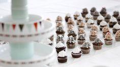 Guimauves, pop corn, caramels, bonbons et chocolats : voilà tout ce dont rêve le goûter d'anniversaire des bambins ! Grâce à une mise en scène soig...