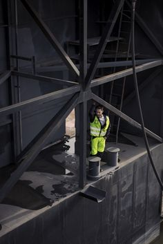 Stand out in the dark with high-visibility workwear. Snickers Workwear, Safety Clothing, Uniform Shirts, Construction Worker, Spring Summer 2018, Engineer, Work Wear, The Darkest, Workshop