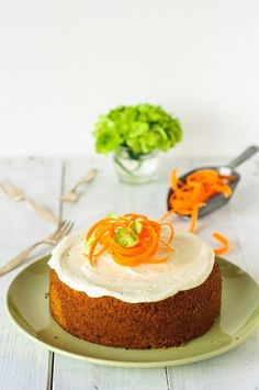Karottenkuchen - ein herrlicher Klassiker! Dieser hier wird ganz easy als Rührkuchen mit Öl zubereitet, und schmeckt so wunderbar saftig und nicht zu süß. Da darf man gerne zwei Stücke genießen!