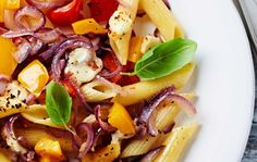 Penne rigate al forno con peperoni, cipolla rossa e mozzarella di bufala