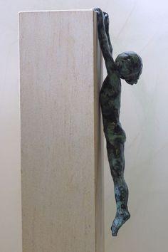 """""""Que no te digan que el cielo es el límite cuando hay huellas en la luna"""" Escultura: Alison Bell"""
