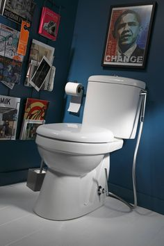 Des toilettes avec une douchette manuelle