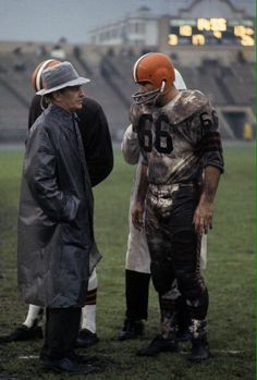 Coach Paul Brown and Gene Hickerson,during a 1962 game in San Francisco Nfl Football Players, Sport Football, School Football, Nfl Coaches, 49ers Players, Football Stuff, Baseball, Cleveland Browns History, Cleveland Browns Football