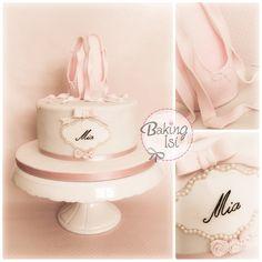 Ballet Cake for a little ballerina :) The shoes are made of gumpaste. *** Eine Ballett - Torte für eine kleine Ballerina :) Die Spitzenschuhe habe ich aus Blütenpaste gemacht.