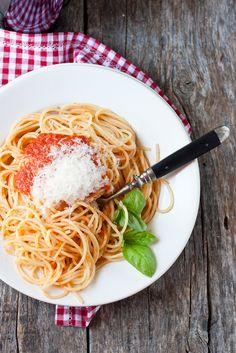 Pomarola - Italian tomato sauce with spagetthi (recipe and photo by @giulia Scarpaleggia)