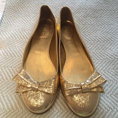 J Crew Gold Bow Flats size 8 J Crew gold foil leather flats with a bow. Size 8 woman's. Only worn to try on. So cute! Just don't fit me. J. Crew Shoes Flats & Loafers