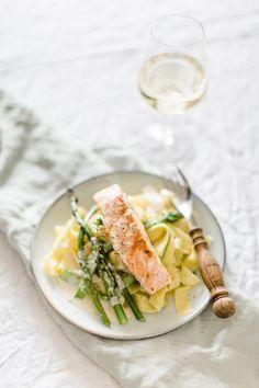 Pasta mit grünem Spargel, gegrilltem Lachs und cremiger Weißweinschaumsauce