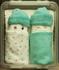 Super schattig geboorte cadeautje gemaakt van een luier, twee spuugdoekjes en een paar sokken.