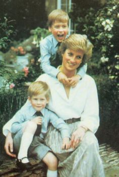 Princess Diana, Prince William, and Prince Harry.Diana left us with many wonderful moments in Time. Lady Diana Spencer, Princess Diana Family, Prince And Princess, Princess Of Wales, Princess Charlotte, Baby Princess, Princesa Diana, Kate Middleton, Strong Women